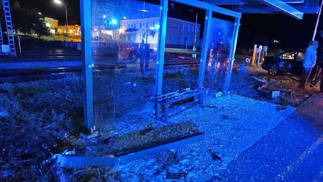 Pkw rast in Haltestelle - Teenager schwer verletzt (Bild: Einsatzdoku.at/Dominik Pongracic)