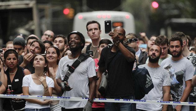 Zahlreiche Schaulustige verfolgten und filmten das Spektakel. (Bild: ASSOCIATED PRESS)