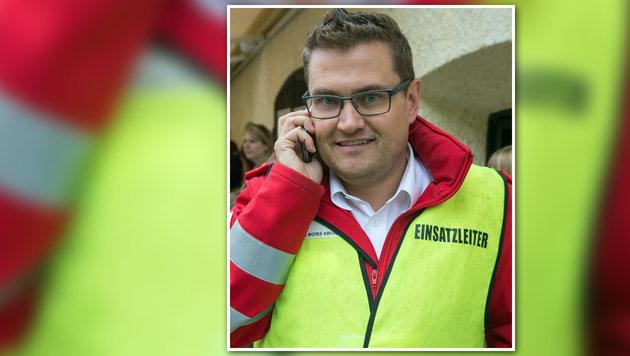 Einsatzleiter Peter Dioszeghy kümmerte sich um die beiden Patienten. (Bild: Neumayr)
