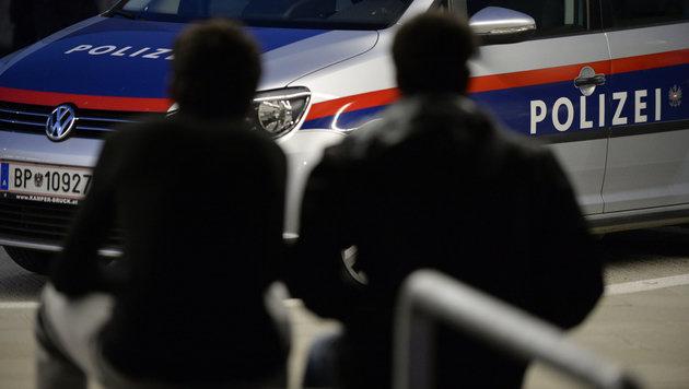 Asylwerber (18) geht in Heim auf Polizisten los (Bild: APA/Hans Klaus Techt (Symbolbild))