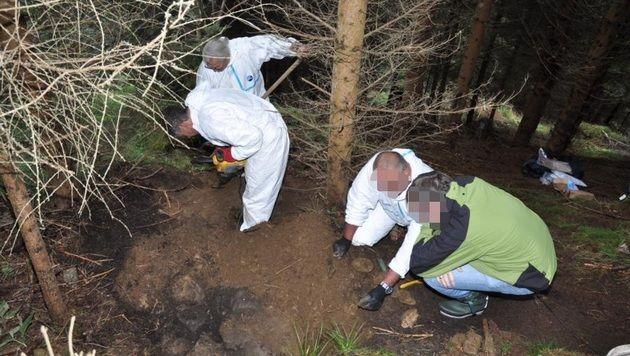 Tatortermittler bei der Bergung des Leichnams (Bild: LPD Kärnten)