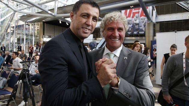 Hakan Sükür mit Ex-Fußballer Jean Marie Pfaff. (Bild: AFP)
