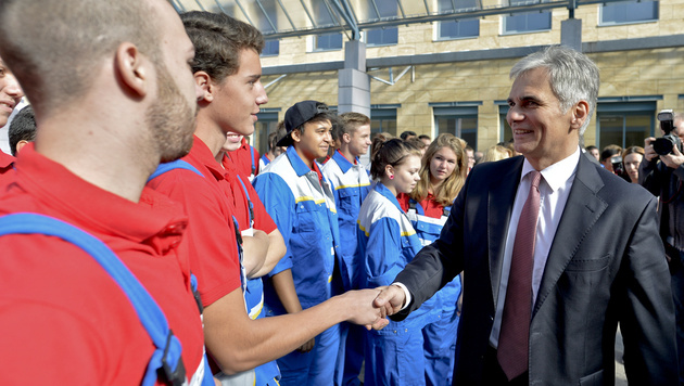 21. September 2015: Faymann besucht ÖBB-Lehrlinge in Wien-Favoriten. (Bild: APA/Herbert Neubauer)
