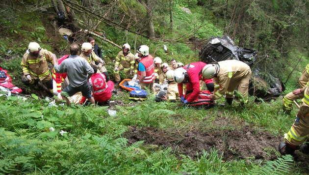 Familie stürzt mit Jeep 80 Meter ab - 6 Verletzte (Bild: FFW)