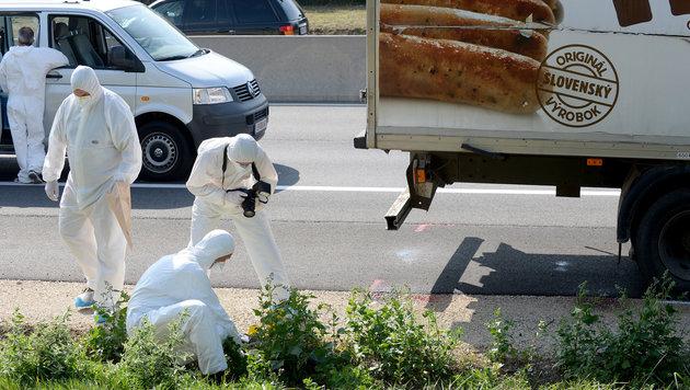 Ermittler der Spurensicherung nehmen ihre Arbeit am Tatort auf. (Bild: APA/ROLAND SCHLAGER)