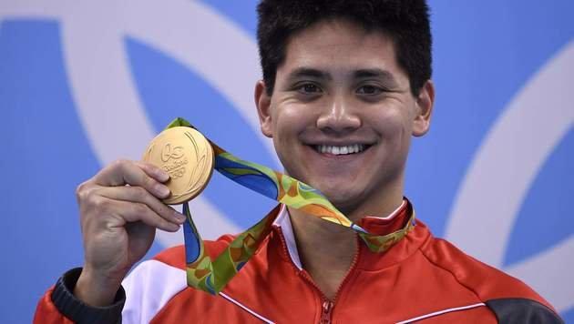 Dieser Jungspund stiehlt Superstar Phelps die Show (Bild: : APA/AFP/GABRIEL BOUYS)