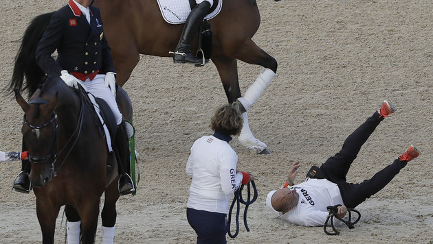 Pferd tritt nach Gold-Ritt Pfleger k.o. (Bild: AP)