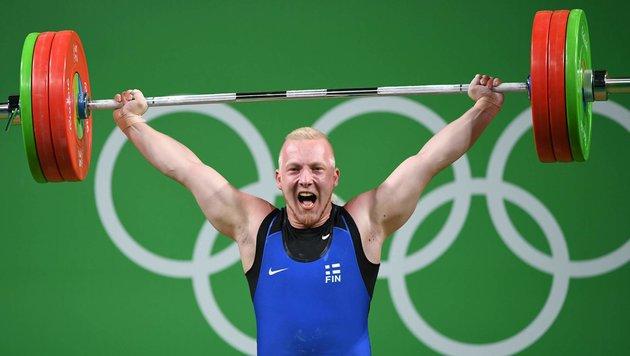 Schrecksekunde! Gewichtheber verliert Bewusstsein (Bild: AFP)