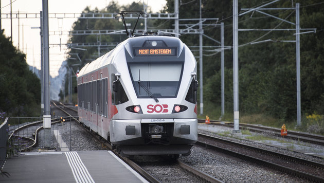 Schweiz: Mann zündet Zug an - sieben Verletzte (Bild: AP)