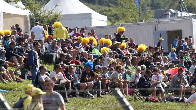Rossi-Fans mit gelben Perücken (Bild: Sepp Pail)