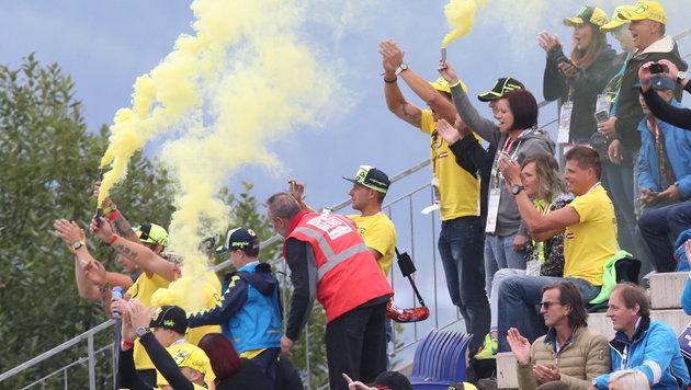Rossi-Fans ließen es rauchen. (Bild: Sepp Pail)