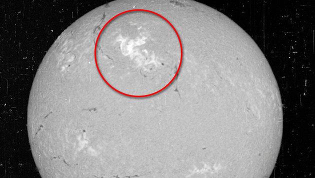 Aufnahme der Sonne vom 23. Mai 1967: Die hellen Flecken (rot markiert) zeigen Eruptionen. (Bild: NSO)
