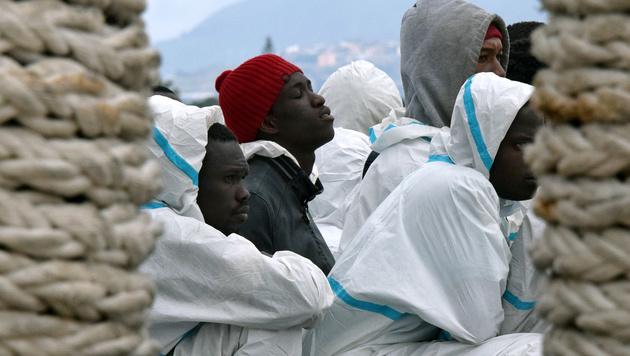 Endstation Italien f�r eine Fl�chtlingsgruppe aus Afrika, deren Boot im Mittelmeer in Seenot geriet (Bild: APA/AFP/Giovanni Isolino)