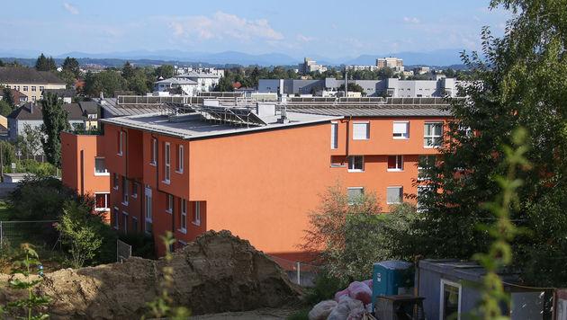 In diesem Wohnhaus wurde die Pensionistin überfallen. (Bild: Matthias Lauber/laumat.at)