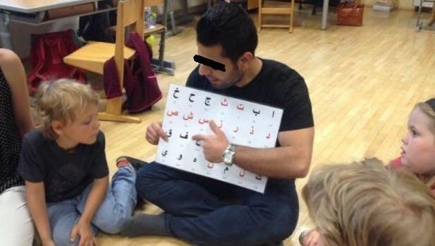 Flüchtlinge lehren arabische Schrift in einer Volksschulklasse. (Bild: Volksschule im Flachgau)