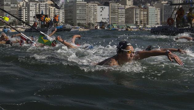 Irr! Französin drückt Schwimmrivalin unter Wasser (Bild: Copyright 2016 The Associated Press. All rights reserved. This m)