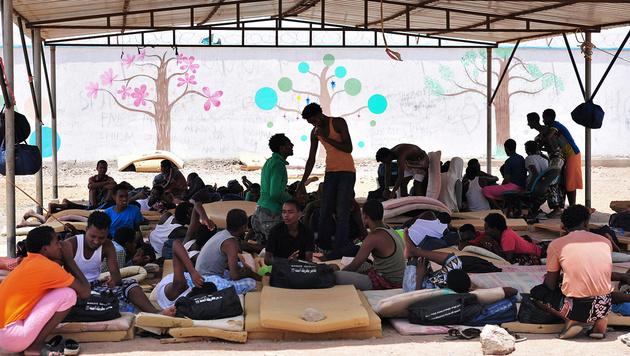 Afrikanisches Fl�chtlingselend: Eine Gruppe �thiopier in einem Lager in Dschibuti (Bild: APA/AFP/Simin Maina)