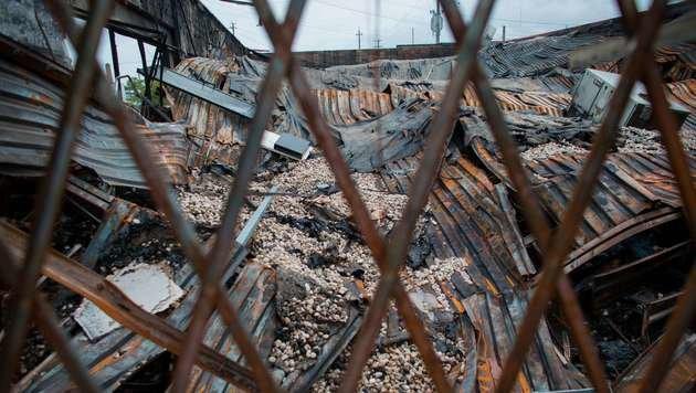 Dieser Auto-Ersatzteilladen ist völlig niedergebrannt. (Bild: APA/AFP/GETTY IMAGES/Darren Hauck)