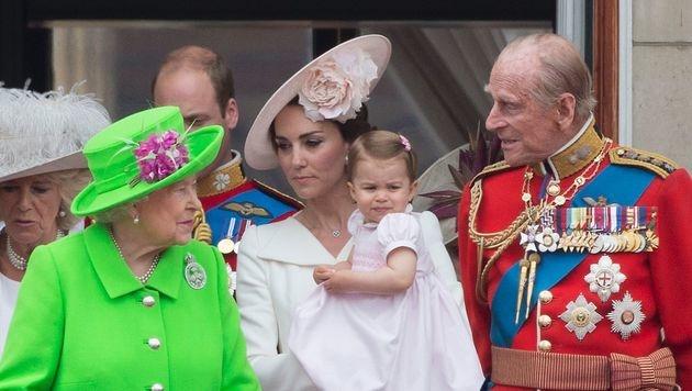 Kate mit Charlotte sowie Queen Elizabeth und Prinz Philip (Bild: APA/AFP/JUSTIN TALLIS)