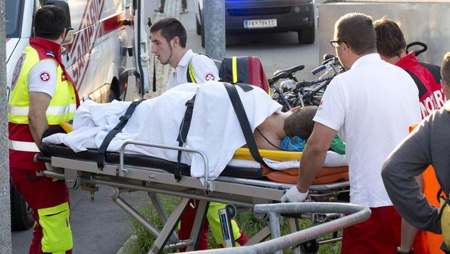 Ein Verletzter wird von den Rettungskräften abtransportiert. (Bild: Dietmar Mathis)