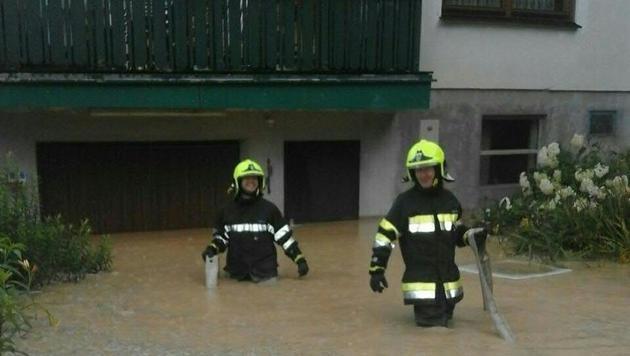 In Mürzzuschlag gab es zahlreiche überflutete Straßen, überschwemmte Keller und eine Hangrutschung. (Bild: APA/BFVMZ)