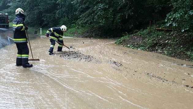 Eine überschwemmte Straße in Hartberg (Bild: APA/PRESSEDIENST BFVHB)