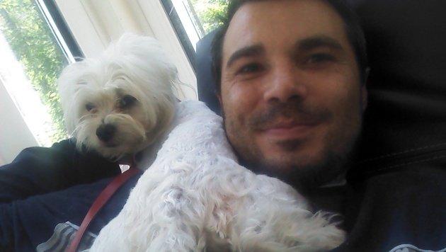 Ein Bild aus glücklichen Tagen: Der Wiener Michael Zach mit seinem Malteser. (Bild: zVg)