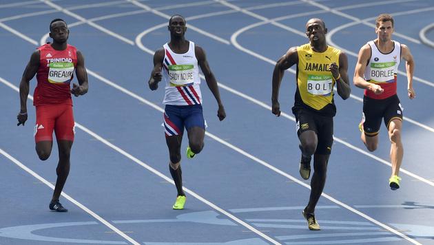 Usain Bolt locker im Halbfinale über 200 m (Bild: AP)