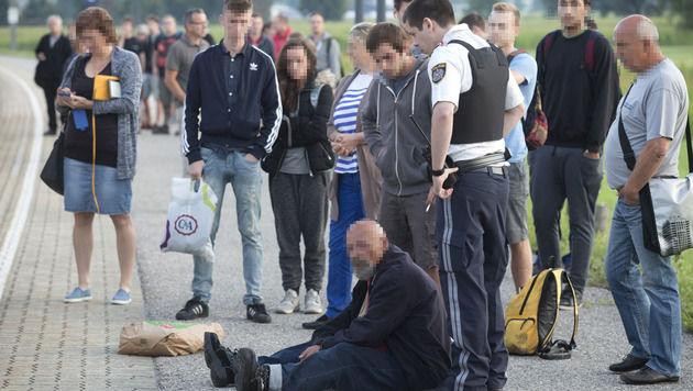 Der offenbar geistig verwirrte Mann sitzt nach der Tat auf dem Bahnsteig. (Bild: Dietmar Mathis)