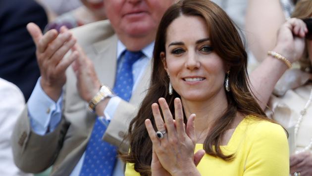 Kate trägt voller Hingabe den auffallend blauen Saphir-Ring von Lady Diana. Wert: 360.000 Euro. (Bild: Associated Press)