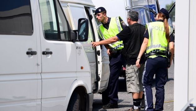 In Nickelsdorf werden verdächtige Fahrzeuge streng kontrolliert. (Bild: APA/AFP/ATTILA KISBENEDEK)