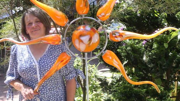 """Nach ihrer Kündigung stellte Ilona diese Sonne  in ihren Garten: """"Sie steht für den Neustart."""" (Bild: Sepp Pail)"""
