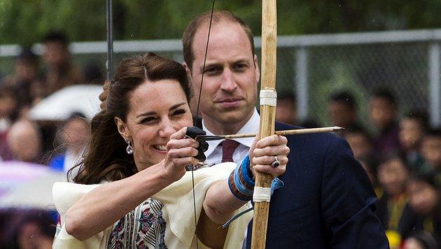 Als Herzogin muss man  sich auch  sportlich beweisen – vor allem zur Freude der Fotografen. (Bild: AFP)
