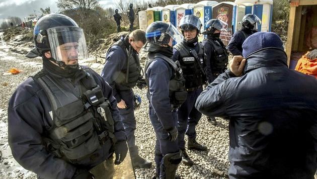 Die Polizei bei der Räumung eines Lagerteils (Bild: APA/AFP/PHILIPPE HUGUEN)