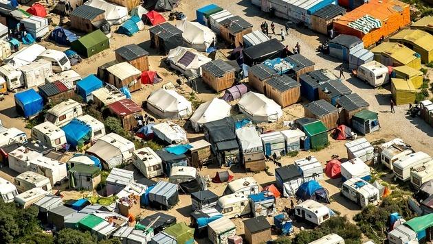 860 Kinder in Massenlager an britischer Grenze (Bild: APA/AFP/PHILIPPE HUGUEN)