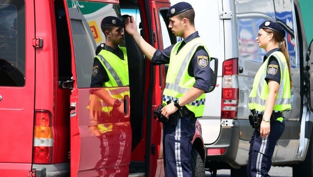 Grenzkontrollen in Nickelsdorf (Bild: APA/AFP/ATTILA KISBENEDEK)