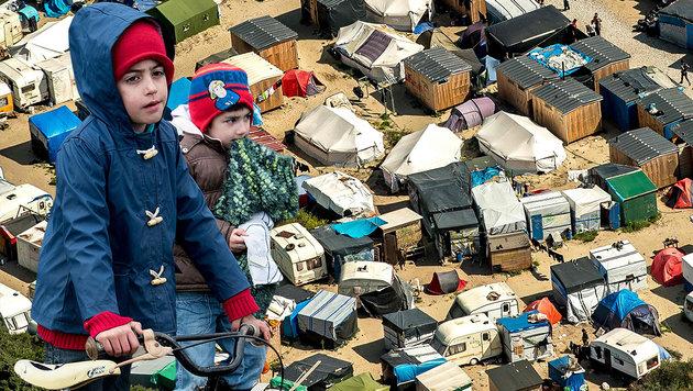860 Kinder in Massenlager an britischer Grenze (Bild: APA/AFP/DENIS CHARLET, APA/AFP/PHILIPPE HUGUEN)