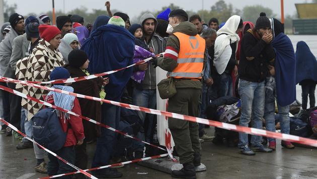 Flüchtlinge in Nickelsdorf im September 2015 (Bild: APA/HELMUT FOHRINGER)