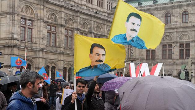 Kurden gehen in Wien wöchentlich auf die Straße und demonstrieren für PKK-Chef Öcalan. (Bild: Andi Schiel)