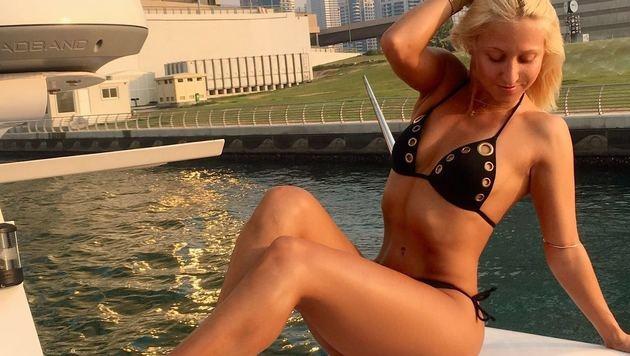 Kathrin Menzinger lässt sich in Dubai die Sonne auf den gestählten Bauch scheinen. (Bild: facebook.com/engerl)