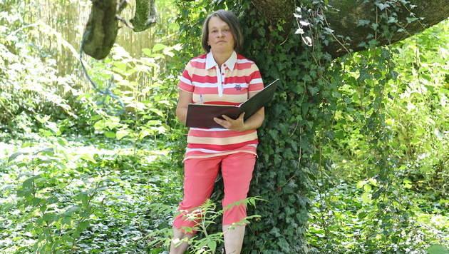 """Ilona Lesjak (60) mit ihrem """"Mobbing-Tagebuch"""" an ihrem Lieblingsplatz (Bild: Sepp Pail)"""