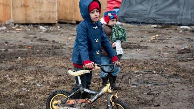 """Kinder spielen im """"Dschungel"""" von Calais. (Bild: APA/AFP/DENIS CHARLET)"""
