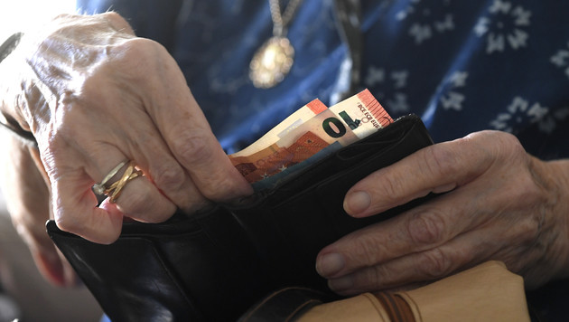 Viele unserer Pensionisten müssen jeden Euro zweimal umdrehen. (Bild: APA/Harald Schneider)