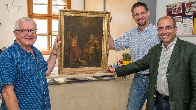 Herbert Giese, Raimund Pichler und  Bürgermeister Andreas Nunzer mit dem wertvollen Fund (Bild: Chris Leneis)