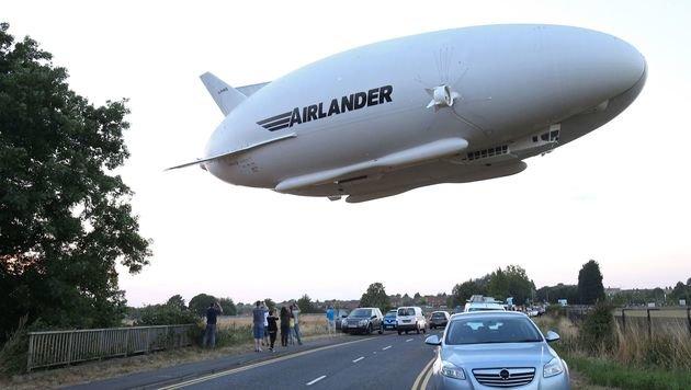 """Luftschiff """"Airlander 10"""" absolvierte Jungfernflug (Bild: APA/AFP/Justin Tallis)"""
