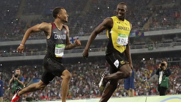 Usain Bolt siegt - und scherzt vor der Ziellinie (Bild: AP)