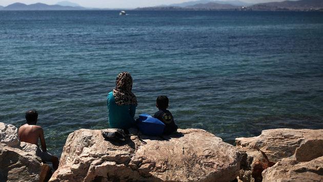 70 Flüchtlinge auf unbewohnter Insel entdeckt (Bild: APA/AFP/ANGELOS TZORTZINIS)
