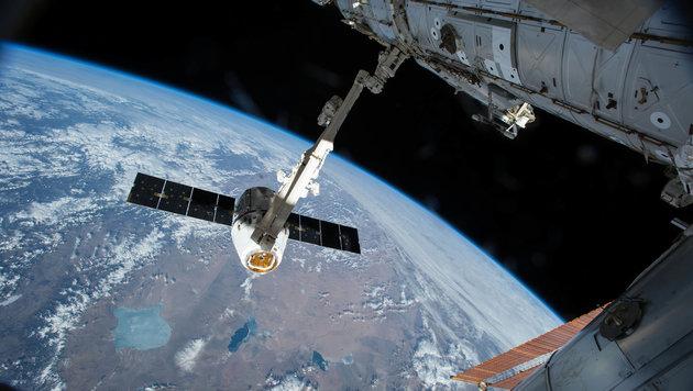"""Der Greifarm """"Canadarm 2"""" beim Einholen einer """"Dragon""""-Kapsel (Bild: NASA)"""