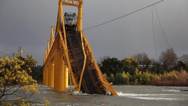 Chile: Waggons mit Chemikalien in Fluss gest�rzt (Bild: EPA/Sebastian Escobar)