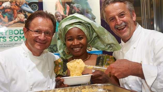 Die Sterneköche Helmut Österreicher (li.) und Johann Reisinger kochen für das Projekt. (Bild: Kronen Zeitung)